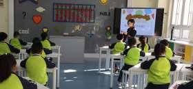 上海市东方小学的珠算课堂